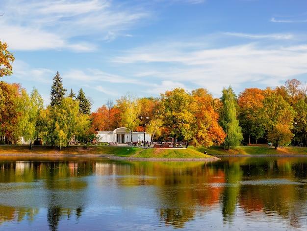 Bellissimo parco ostankino a mosca, stagno autunnale con un caffè bianco sulla riva e un riflesso nell'acqua.