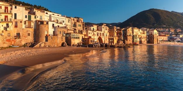 Bellissimo panorama della spiaggia e della città vecchia della città costiera cefalù al tramonto, sicilia, italia