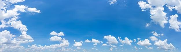 Bellissimo panorama cielo azzurro e nuvole con sfondo naturale diurno