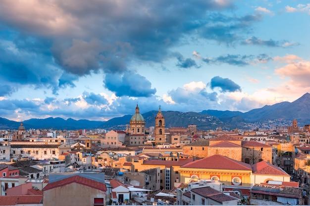 Bella veduta aerea panoramica di palermo con la chiesa del gesù e la chiesa del carmine all'alba, sicilia, italia