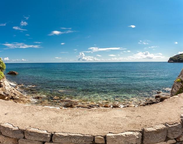 Bella foto panoramica del mare turchese e delle scogliere a giornata di sole