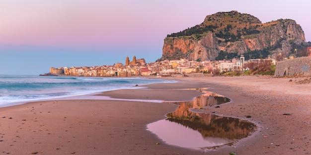 Bella vista panoramica della spiaggia, della cattedrale di cefalù e della città vecchia della città costiera di cefalù al tramonto rosa, sicilia, italia