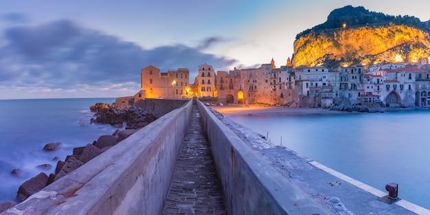 Bella vista panoramica della città costiera cefalù all'alba, sicilia, italia