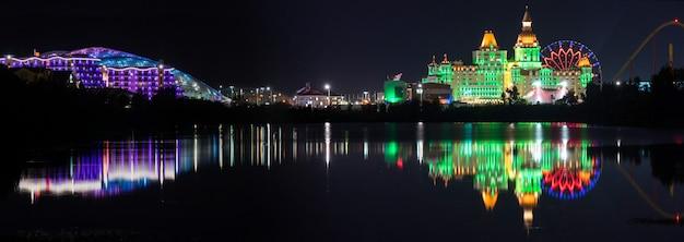 Bella vista panoramica degli hotel illuminati bogatyr sirius di notte nel parco olimpico sochi
