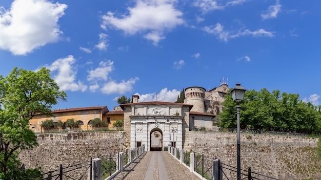 Bella vista panoramica dell'ingresso principale dello storico castello della città di brescia