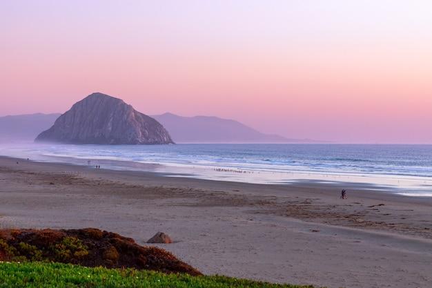 Bella vista panoramica della baia di morro e morro rock al tramonto. california. stati uniti d'america.