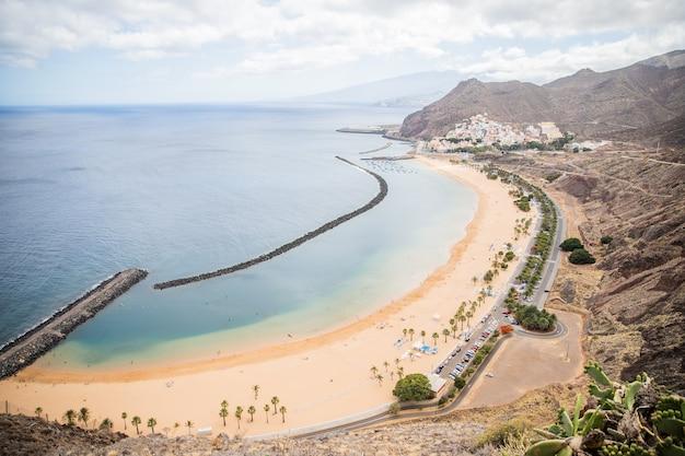 Bella vista panoramica di playa de las teresitas a tenerife una delle spiagge più famose delle isole canarie
