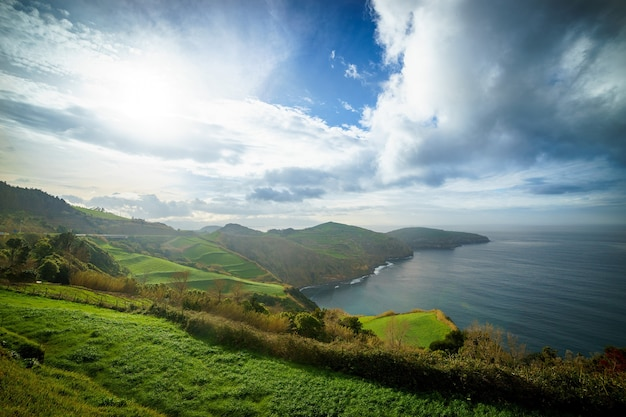 Bella vista panoramica sull'isola di sao miguel e sull'oceano atlantico da miradouro de santa iria nell'isola di sao miguel, azzorre, portogallo