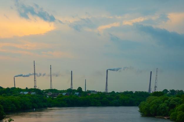 Bella vista panoramica di un alto ponte pedonale e di tubature dell'acqua attraverso un fiume calmo