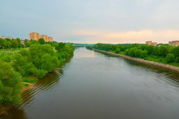 Bella vista panoramica di un alto ponte pedonale e di tubature dell'acqua