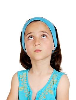 Bello bambino pensieroso con gli occhi azzurri isolati