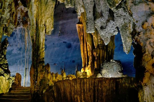 La bella caverna di phong nha nel vietnam