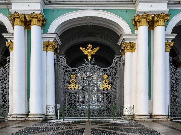 Bella foto piazza del palazzo san pietroburgo la famosa porta reale con un'aquila bicipite