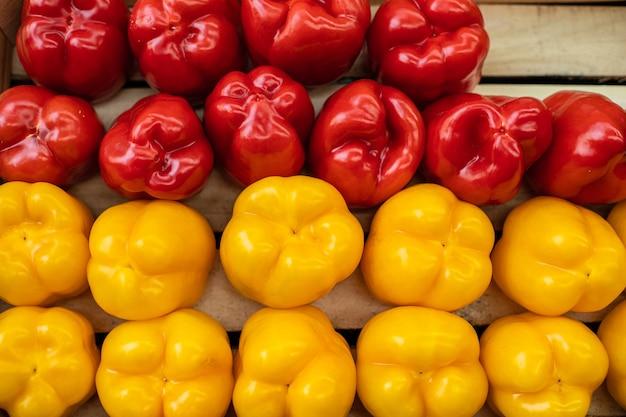 Bella foto di peperoni rossi gialli e rossi isolati su sfondo di legno.