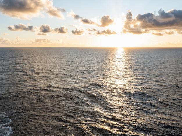 Bella fotografia del paesaggio marino serale