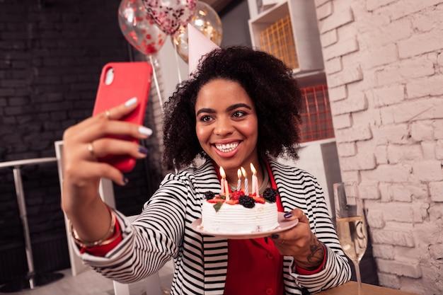Bella foto. felice donna felice sorridente mentre si tiene una torta