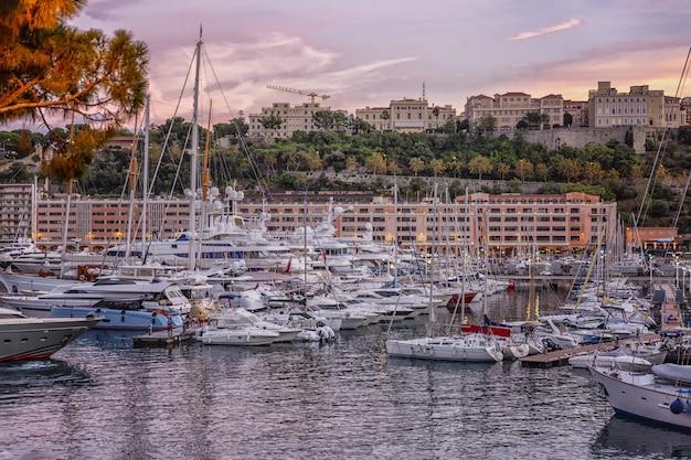 Bel tramonto rosa in un porto turistico.