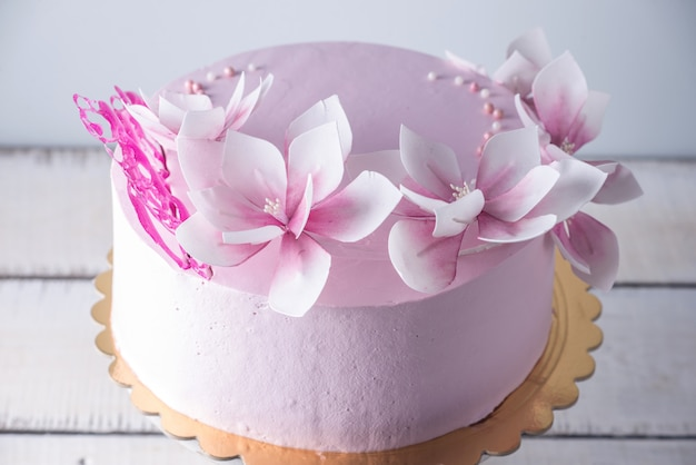 Bella torta nuziale rosa decorata con fiori