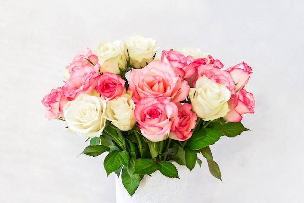 Belle rose rosa e bianche in vaso