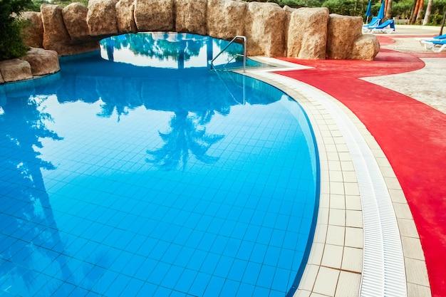 Bella piscina vicino al mare sullo sfondo della natura