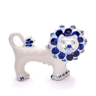 Bellissimo leone in porcellana blu e bianco stile gzhel su sfondo bianco isolato