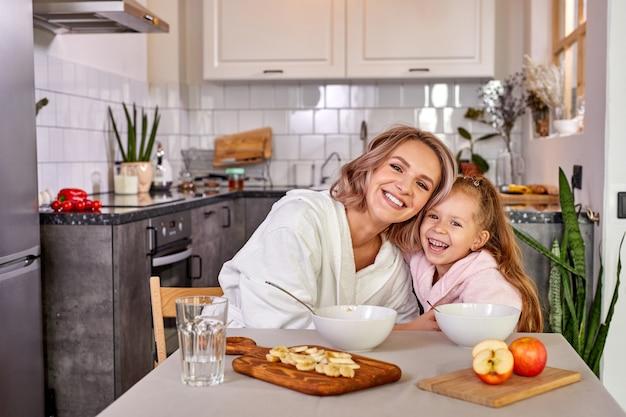 Bellissimo ritratto di madre e figlia che trascorrono del tempo insieme