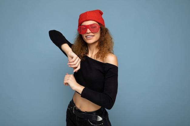 Bella positiva felice giovane donna bionda scura che indossa abiti casual bandana rossa