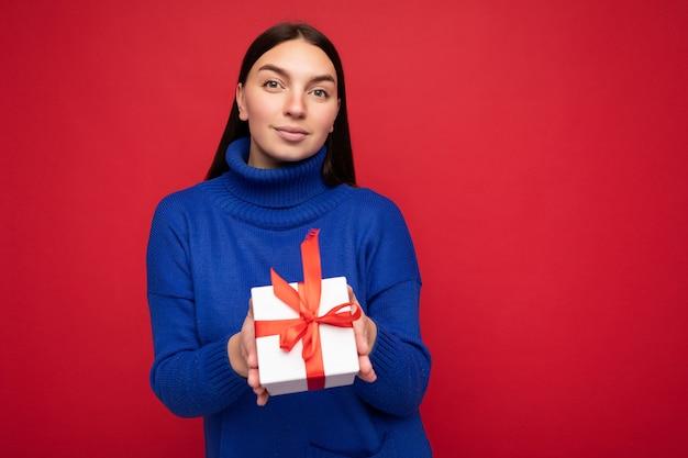 Bella giovane donna bruna piuttosto positiva isolata su red