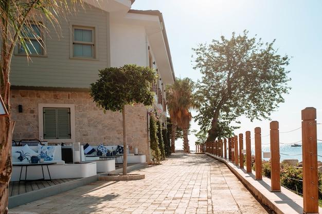 Bellissimo lungomare della città di side recinzione con pali di legno lungo i quali crescono le palme. concetto a cinque stelle.