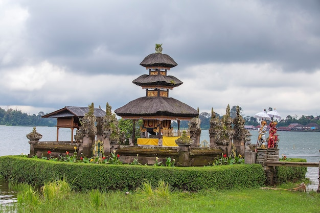 Bellissimo tempio dell'acqua pura ulun danu bratan con tempo nuvoloso sull'isola di bali, indonesia, asia