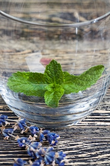 Bella lavanda viola con un aroma gradevole si trova sul vecchio tavolo da cucina in legno lavanda