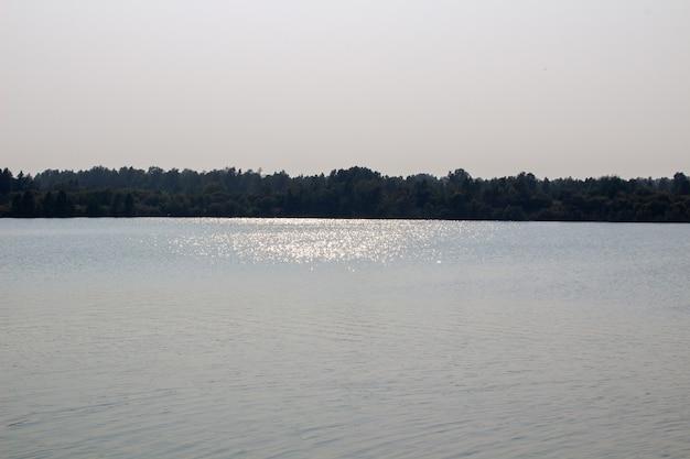 Bellissimo lago tranquillo. riflessione del sole sulla superficie dell'acqua.