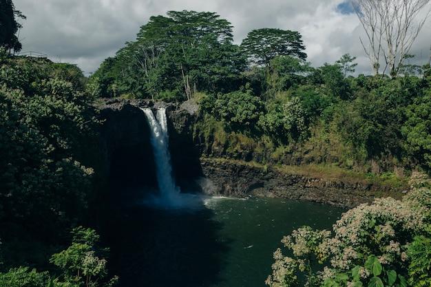 Bellissime cascate arcobaleno in paradiso sulla big island delle hawaii. cascata wailua vicino alla capitale dell'isola lihue sull'isola di kauai, hawaii.