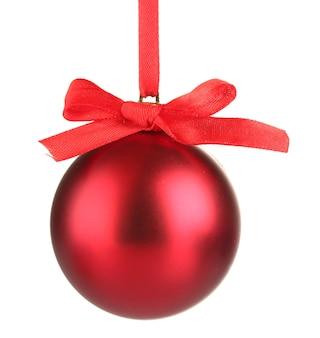 Bella palla di natale rossa isolata su bianco