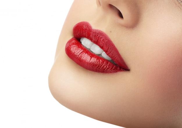Belle labbra rosse femminili con denti bianchi e puliti