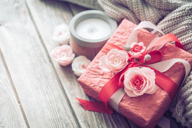 Bello contenitore di regalo rosso sulla tavola di legno