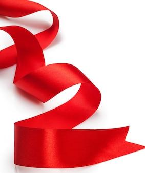 Bellissimo nastro regalo rosso su sfondo bianco