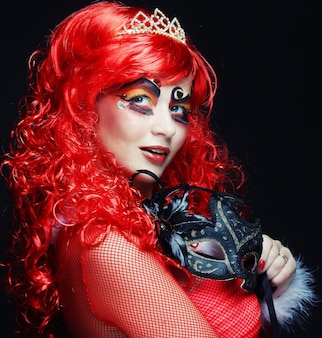 Bella donna redhair con maschera. viso carnevalesco.