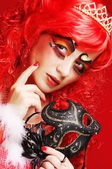 Bella donna redhair con maschera