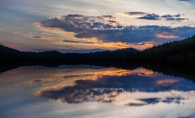 Bellissimo riflesso di un luminoso tramonto nel lago