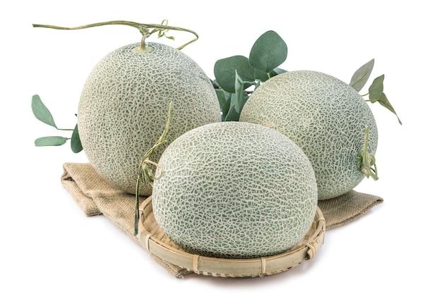 Melone cantalupo di bella roccia isolato su priorità bassa bianca