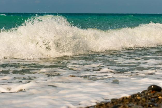 Bella spiaggia rocciosa con rocce con tempo sereno