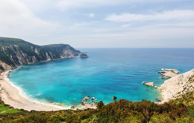 Bella costa rocciosa in grecia. mare, verdi colline, splendidi paesaggi