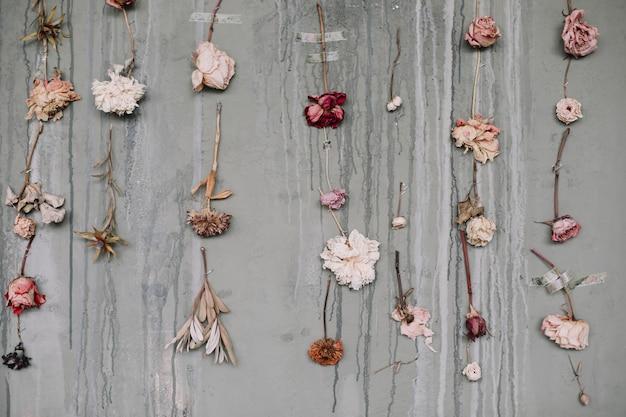 Bellissimo sfondo romantico con composizione floreale di fiori di rosa essiccati