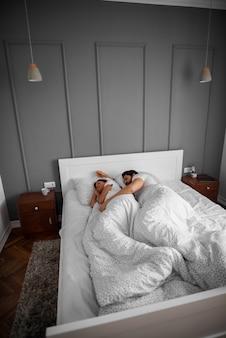 Bella coppia romantica innamorata che dorme insieme abbracciata sul letto a casa o in hotel.