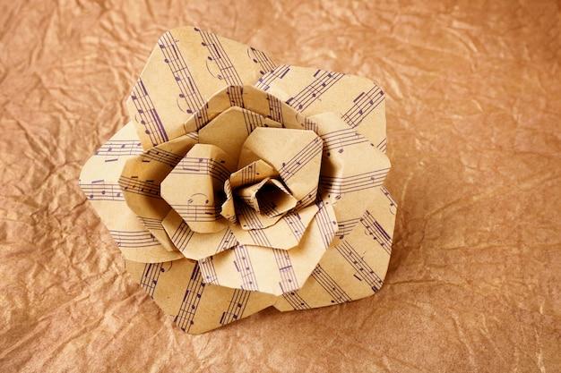 Bella rosa fatta di note musicali sul primo piano di carta ruvida