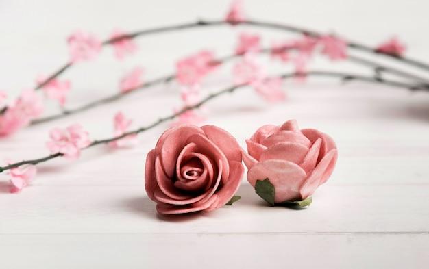 Belle rose posate sul pavimento di legno