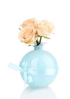 Belle rose in vaso su bianco