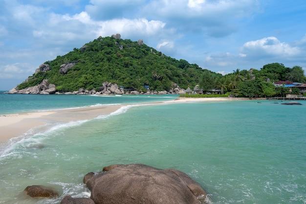Bellissima spiaggia di sabbia con mare blu e cielo alle isole di koh nangyaun, provincia di surat thani, thailandia