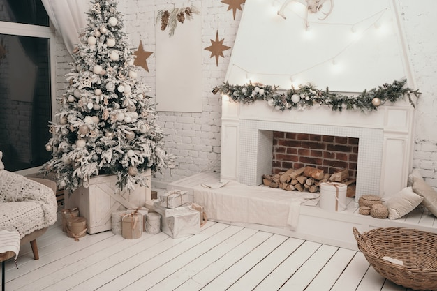 Bellissimi interni del capodanno scandinavo. albero di natale vicino al camino. regali sotto l'albero di natale.